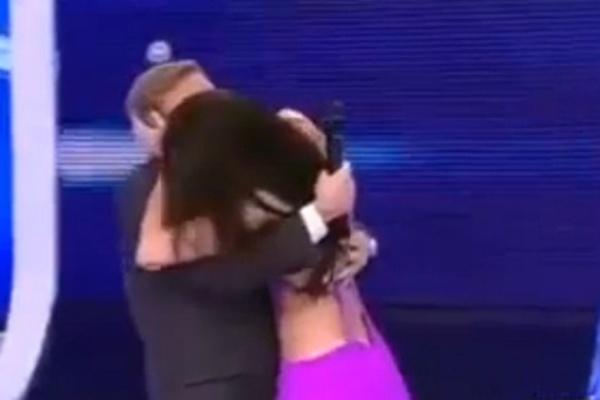 """Em 2011, durante sua passagem pela rede Record, o apresentador Gugu ganhou um beijo """"surpresa"""" de uma assistente de palco do """"Programa do Gugu"""", que aproveitou uma deixa do apresentador e tascou um beijaço na boca de Gugu"""