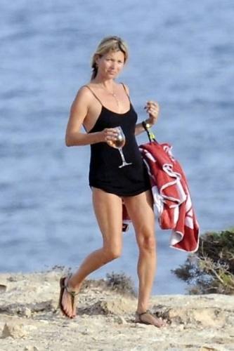"""19.ago.2013 - Passando uma temporada de férias na Espanha, a modelo Kate Moss, 39, exibiu uma silhueta mais """"cheinha"""", enquanto curtia um dia de praia ao lado de amigos."""