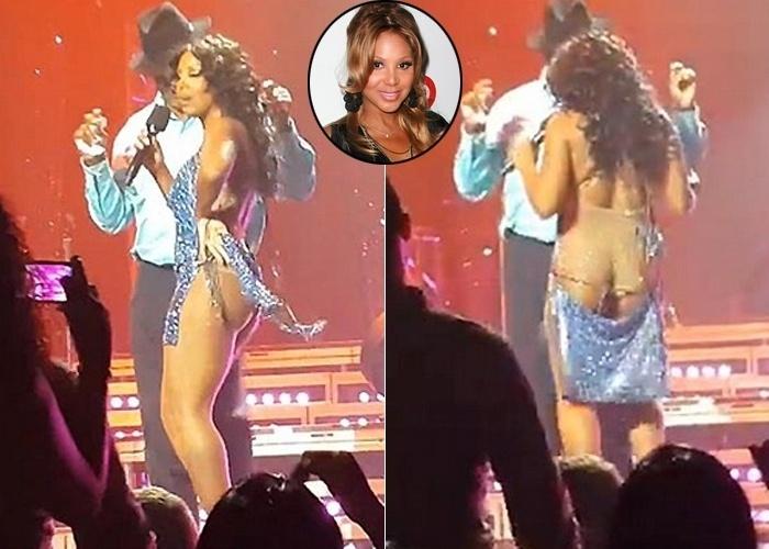 """20.ago.2013 - Toni Braxton foi traída pelo vestido durante uma apresentação em New Jersey, nos Estados Unidos, e ficou com o bumbum à mostra no palco. O look prateado da cantora de """"Un-Break My Heart"""" rasgou e os fãs puderam ver boa parte do corpo da artista em evidência"""