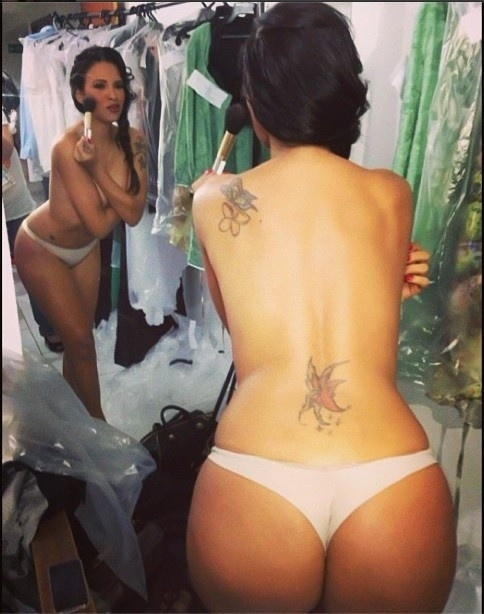 """21.ago.2013 - A ex-BBB Ariadna participou de um desfile na noite de terça-feira (21) em Maceió e aproveitou para postar uma foto só de calcinha. """"Nua no #backstage #trendhousemaceio2013"""", disse a morena na rede social Instagram"""