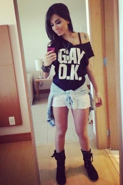"""21.ago.2013 - A funkeira Anitta posou em frente ao espelho com uma mensagem de apoio aos gays. Com um look despojada, a cantora fez aparece com a frase """"Gay OK"""" estampada na camiseta"""