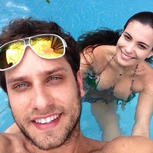 """22.ago.2013 - Eliéser e Kamilla estão curtindo o namoro fora do reality show. O casal, que participou do """"BBB13"""" e tinha terminado o relacionamento, aproveitou para curtir o dia de sol juntinhos na piscina e mostrou que a volta do namoro não é só fachada"""