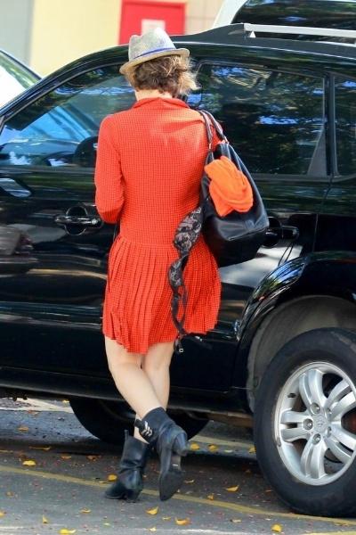 25.ago.2013 - Bárbara Paz foi flagrada saindo de um restaurante com o marido, o cineasta argentino Hector Babenco, com o sutiã pendurado na bolsa