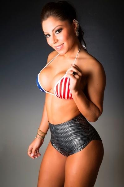 """A modelo e dançarina Andressa Pastolato,assistente de palco do """"Legendários"""", da Record, mostrou que está com tudo em cima em seu mais novo ensaio sensual. A gata usou um biquíni com a bandeira dos Estados Unidos para exibir o corpo turbinado e aproveitou para dizer que é a sua praia favorita: """"Adoro Miami, o astral é ótimo e as praias são deliciosas para reforçar o bronzeado e pensar na vida"""", completou"""