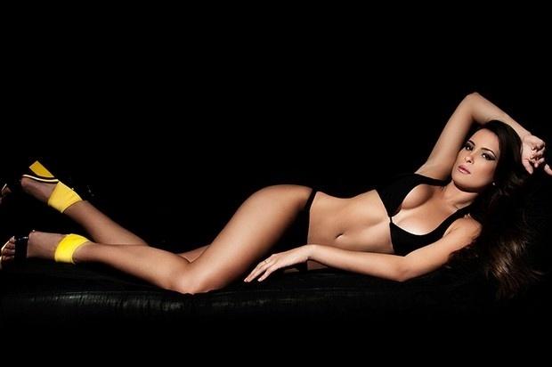 """26.ago.13 - Enquanto estuda e se prepara para realizar o sonho de ser apresentadora de TV, a ex-BBB Kamilla Salgado, 26, mostrou suas curvas durante um ensaio sensual de biquíni. """"É preciso correr atrás de seus sonhos e eu estou me preparando para realizar os meus"""", afirmou a beldade, em entrevista ao """"Ego"""""""