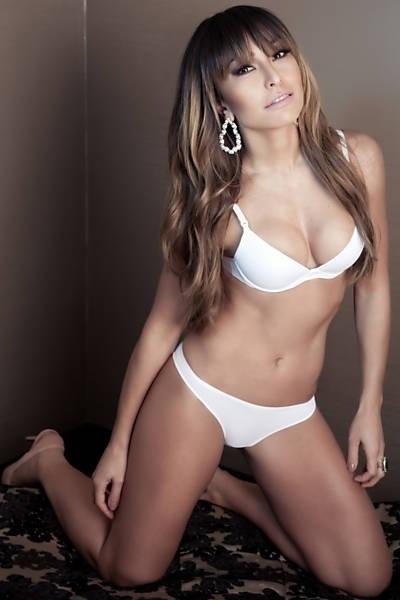 28.ago.2013 - Sabrina Sato, de 32 anos, mostra o corpo em forma em ensaio de lançamento de sua grife de lingerie