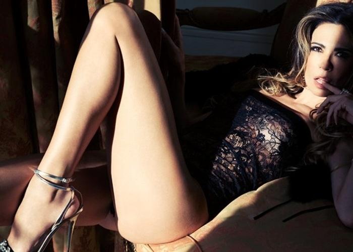 """30.ago.2013 - Capa da edição de setembro da """"GQ"""", Luciana Gimenez - que é dona de um """"rosto angelicalmente infernal e um par de pernas infinitas""""m como definiu a publicação - posou de toplesse de deu declarações picantes à revista."""