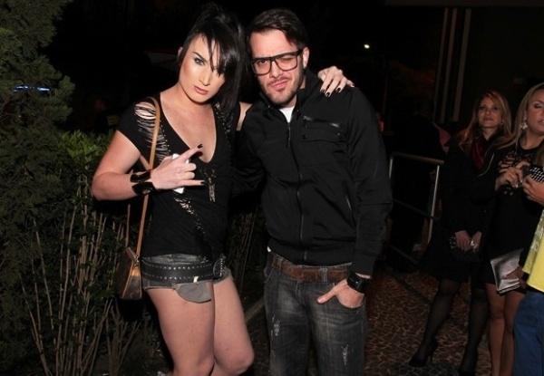 30.ago.2013 - Os ex-BBBs Serginho e Max Porto posam juntos em casa noturna em São Paulo. A dupla foi prestigiar a discotecagem do rapper norte-americano Taboo, integrante da banda Black Eyed Peas