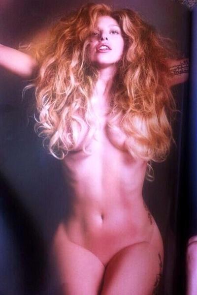 """02.set.2013 - A diva da música pop Lady Gaga mostrou que está em dia com seu corpo. A beldade protagonizou um ensaio para lá de sensual à revista norte-americana """"V Magazine""""."""
