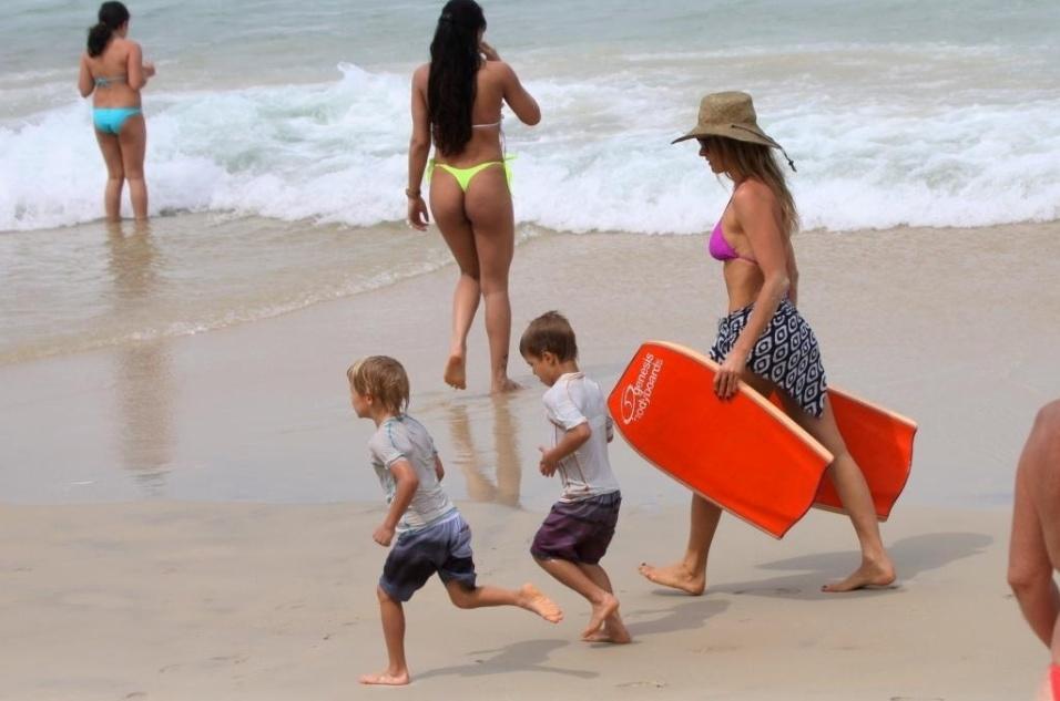 1.set.2013 - Fernanda Lima e os filhos, João e Francisco, curtem dia de sol na praia do Leblon, no Rio