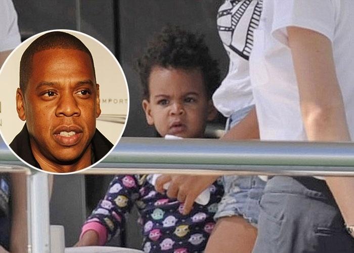 2.set.2013 - A pequena Blue Ivy, de 1 ano e 8 meses, filha da cantora Beyoncé com o rapper Jay-Z, curte passeio com a família em Ibiza, na Espanha. A menina está a cara do papai, não?