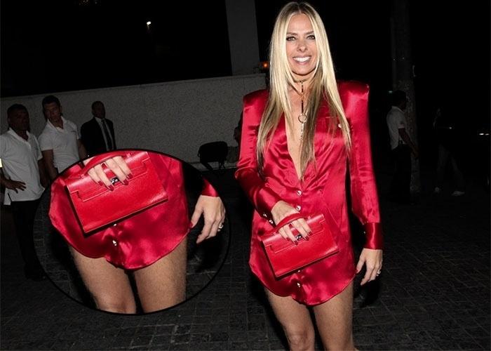 """3.set.2013 - A apresentadora Adriane Galisteu desfilou com um visual bem ousado no evento da revista """"Nova"""", organizado pelo cabeleireiro das estrelas Marcos Biaggi. Com um vestido vermelho fatal, a beldade deixou as pernas de fora e exibiu a depilação atrasada"""