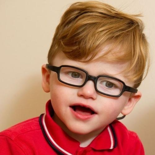 """4.set.2013 - Com a síndrome de Angelman, uma condição genética rara, que o faz ter dificuldade para andar e falar e coloca um sorriso permanente no rosto, Ollie Petherick apresenta um comportamento alegre, que é, na verdade, um sintoma do Algeman. Assim como todos que tem a síndrome, ele está sempre sorrindo e tende a ser facilmente animado. Segundo o """"Daily Mail"""", a condição provoca o que os médicos chamam de """"uma atitude feliz"""""""
