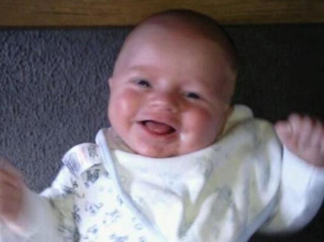 """4.set.2013 - No Reino Unido, o pequeno Ollie Petherick, de dois anos, não consegue parar de sorrir, literalmente. O menino tem a síndrome de Angelman, uma condição genética rara, que o faz ter dificuldade para andar e falar e coloca um sorriso permanente no rosto. Annie Campbell, mãe de Ollie, notou que ele era incapaz de se concentrar corretamente: """"Ollie tinha seis meses de idade, quando comecei a perceber que o seu desenvolvimento estava atrasado. Uma noite, gastei horas tentando convencê-lo a seguir o meu dedo com os olhos, e ele simplesmente não podia fazê-lo. Comecei a me preocupar e o levei ao médico, onde fomos encaminhados para o hospital a fim de fazer exames oftalmológicos. Lá, descobrimos que o que Ollie sofria era neurológico, mas ninguém sabia o que era exatamente"""", contou em entrevista ao """"Daily Mail"""". Annie ainda revelou que ela mesma diagnosticou o menino após ler um artigo em uma revista e identificar os sintomas apresentados pelo filho. Os médicos só confirmaram as suspeitas e atestaram que o menino tem Angelman dois dias depois da mãe associar à doença ao caso do menino e seis semanas após a primeira visita de Ollie ao médico"""