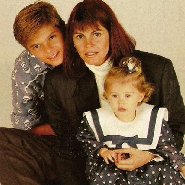 14.jul.2013 - Monique Evans posta foto do fundo do baú ao lado dos fillhos, Armando e Bárbara