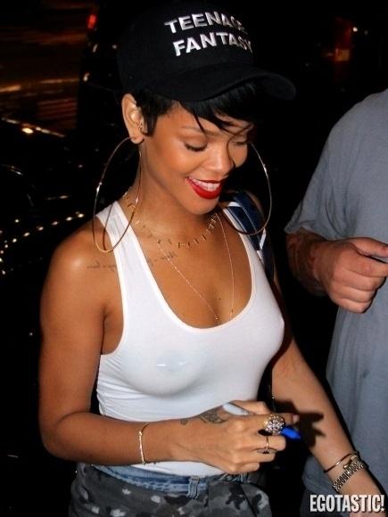 """5.set.2013 - Rihanna foi fotografada com uma regata branca que marcou os seios e evidenciou que a cantora pop estava bem à vontade, durante passeio em Nova York (EUA). Além da peça que marcou os """"faróis acesos"""", a diva pop exibiu as pernocas em short curtíssimo. Para o site """"Egotastic!"""", que publicou a imagem, Rihanna está bem perto de se tornar a """"rainha dos flagras indiscretos"""""""