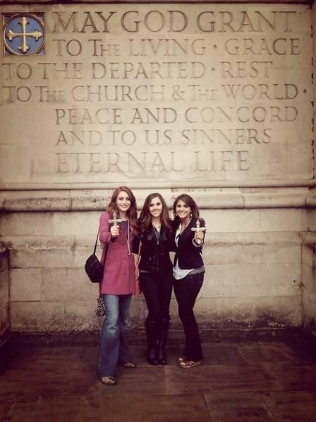"""8.set.2013 - Este trio de belas moças, na verdade é uma equipe exorcista que combate demônios aos finais de semana. As americanas Bryne Larson, de 18 anos, e as irmãs Tess e Savannah Scherkenback, de 18 e 21 anos, são conhecidas como """"teenage exorcists"""", ou exorcistas adolescentes, segundo o jornal """"Daily Mail"""". As garotas defendem que os jovens britânicos podem estar possuídos por recitarem feitiços presentes nos livros da saga """"Harry Potter"""". Elas veem a Grã-Bretanha, terra do bruxinho, como um foco de atividades ocultistas e ressaltam que os feitiços descritos nos livros não apenas são reais, como muito perigosos: """"É bruxaria"""", garante Tess"""