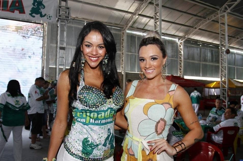 14.set.2013 - Aline Bernardes e Juju Salimeni posam na quadra da Mancha Verde. Aline Bernardes foi anunciada esse ano como destaque de chão da Mancha Verde, enquanto Salimeni é musa da escola de samba de São Paulo