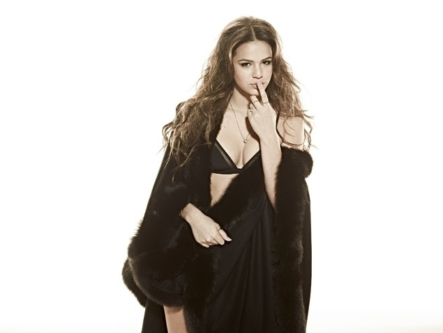 """16.set.2013 - Aos 18 anos, Bruna Marquezine posa de lingerie e conta como o namorado Neymar chegou nela, em entrevista à revista """"Joyce Pascowitch"""": """"Ele foi ousadinho"""". O jogador pegou o telefone dela com uma amiga. Indagada se ele é bonito, disse: """"Acho lindo"""""""