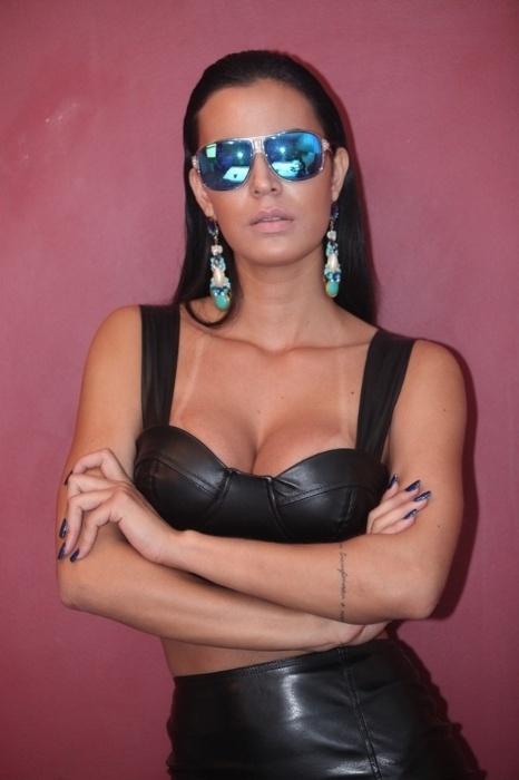 """17.set.13 - A bela Lorena Bueri, assistente de palco do programa """"Teste de Fidelidade"""", mostrou seu lado sensual em um ensaio para um editorial de moda inspirado na personagem Trinity, da trilogia """"Matrix"""". O figurino foi adaptado para o estilo da morena, que também usou outros looks durante as fotos."""
