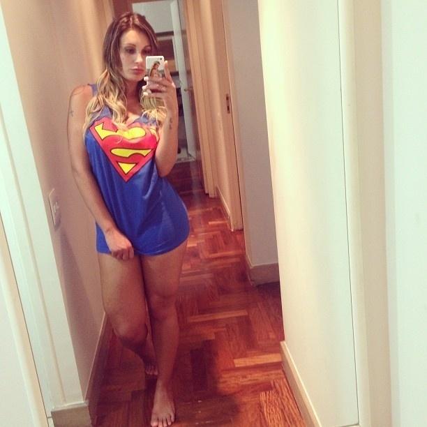 """17.set.2013 - No final da noite de segunda-feira, Andressa Urach mostrou que voltou ao velho hábito de se exibir no Instagram. A ex-participante da """"Fazenda"""" apareceu usando apenas uma camiseta do Superman, dizendo na legenda: """"Boa noite, amores!!! Voltei..."""""""