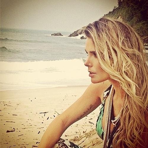 18.set.2013 - Ao postar fotos de ensaio para moda praia, a ex-BBB Flávia Viana revelou o segredo da boa forma: a bela mantém o corpaço andando de patins