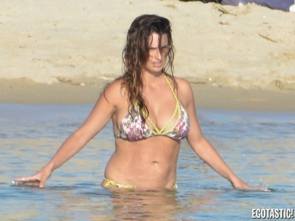 18.set.2013 - Aos 39 anos, a atriz espanhola Penélope Cruz foi flagrada enquanto curtia um dia de praia. O site ?Egotastic?, que publicou as imagens, não informa o local