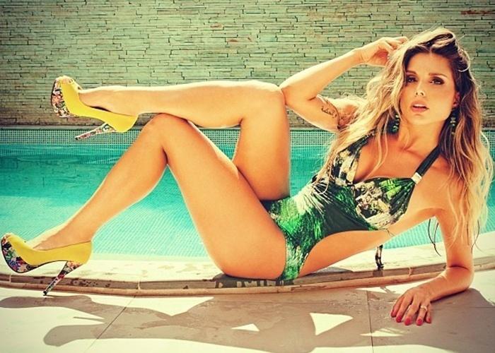 18.set.2013 - Conhecida pela boa forma, a ex-BBB Flávia Viana estrelou ensaio de moda praia. Nas fotos, a gata esbanjou sensualidade com um maiô de decote generoso