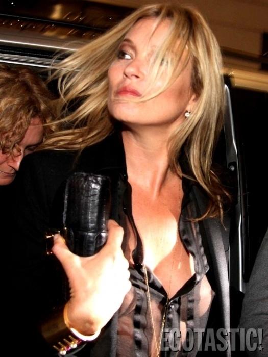 """22.set.2013 - Kate Moss deixou os seios à mostra por usar uma blusa totalmente transparente. De acordo com o site """"Egotastic"""", a modelo de39 anos foi flagrada quando chegava a um evento de moda, em Milão. Recentemente, a """"Playboy"""" anunciou que a top será capa da edição de 60 anos da revista, que coincidem com os 40 anos da beldade. No entanto, não é preciso recorrer a um ensaio para ver Kate como ela veio ao mundo"""