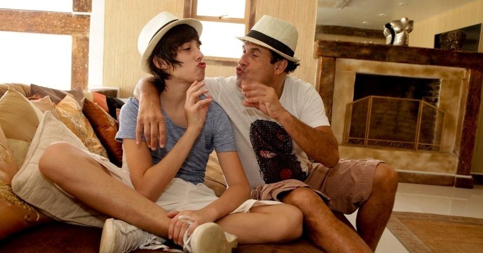 """Sérgio Mallandro ensina o filho Edgard a fazer o clássico """"glu-glu-yeah-yeah"""" em """"Vida de Mallandro"""""""