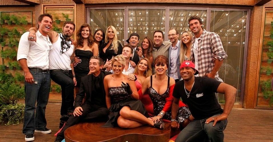 """22.dez.2010 - Sérgio Mallandro cercado pelos outros participantes de """"A Fazenda 3"""" se reunem para foto no dia da final do programa"""