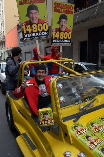 2008 - O candidato a vereador em São Paulo Sérgio Mallandro circula em buggy, ao lado de Homens-Aranha durante campanha para a Câmara de Vereadores