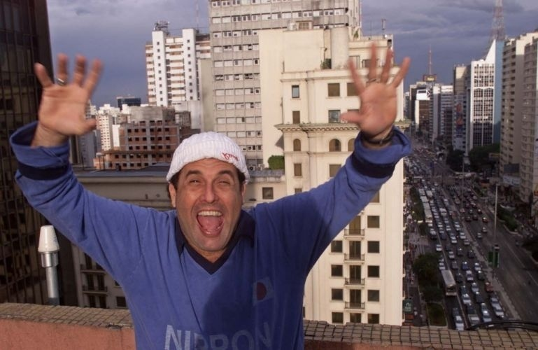 """Mallandro no topo do prédio da TV Gazeta, em São Paulo, em 2002, época em que seu programa """"Festa do Mallandro"""" se tornou um grande sucesso na televisão, chegando a obter o segundo lugar no Ibope em diversas ocasiões"""