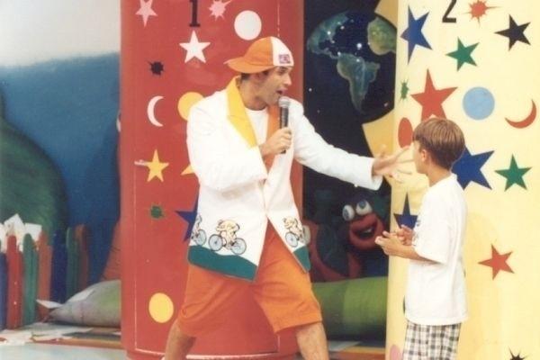 """Sérgio Mallandro comandava o programa infantil com o nome mais divertido da TV nacional. A """"Oradukapeta"""" animava as manhãs do SBT na década de 80 e popularizou Sérgio Mallandro, que exibia desenhos e provas divertidas como """"A porta dos desesperados"""", que """"premiava"""" as crianças com brinquedos ou perseguições de monstros"""