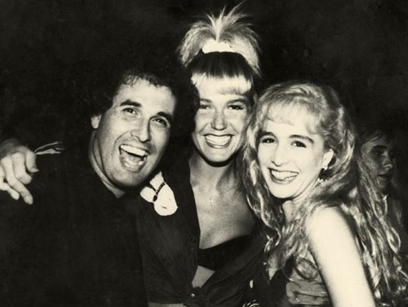 Na foto, Sérgio diverte-se ao lado de Xuxa e de Angélica, as loiras que também se tornariam símbolo de entretenimento televisivo a partir dos anos 1980