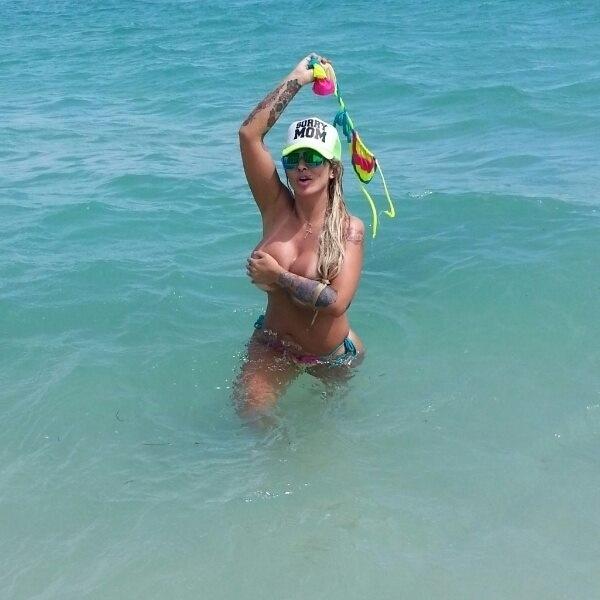 26.set.13 - A funkeira Sabrina Boing aproveitou sua passagem por Miami, nos Estados Unidos, para posar para um ensaio sensual em uma praia local, nesta quarta-feira (25). Usando um biquíni colorido, a loira exibiu suas curvas de fio dental. Sabrina sensualizou e tirou a parte de cima do biquíni em algumas das fotos, quase mostrando mais do que devia.