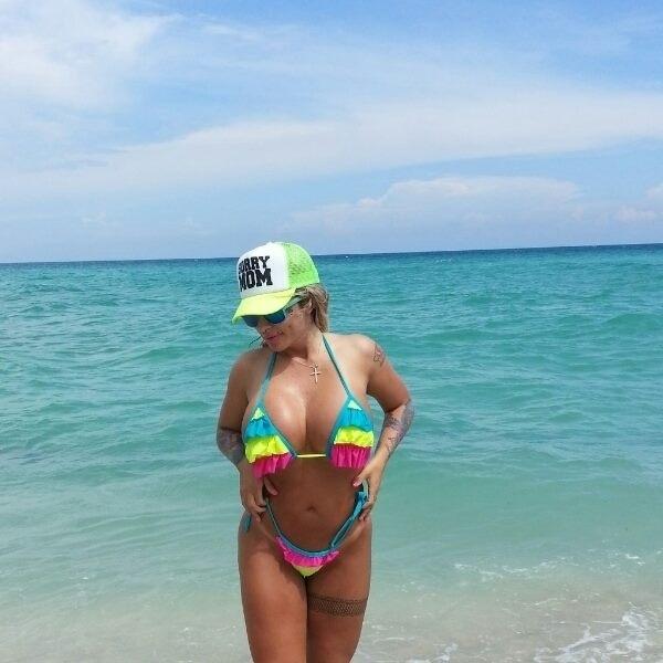 26.set.13 - A funkeira Sabrina Boing aproveitou sua passagem por Miami, nos Estados Unidos, para posar para um ensaio sensual em uma praia local, nesta quarta-feira (25). Usando um biquíni colorido, a loira exibiu suas curvas de fio dental