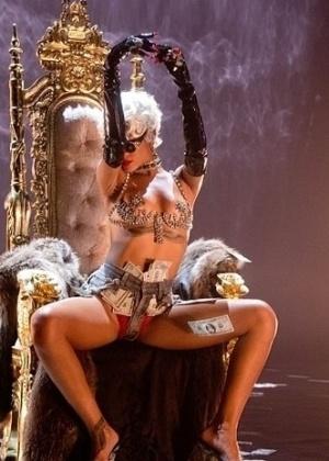 """1.out.2013 - A sempre sensual Rihanna parece não se cansar de ousar. Desta vez, a bela postou no Instagram fotos dos bastidores do seu novo clipe """"Pour it up"""". Com cabelo loiro curtinho, a gata aparece de short jeans cortado deixando a calcinha vermelha à mostra"""