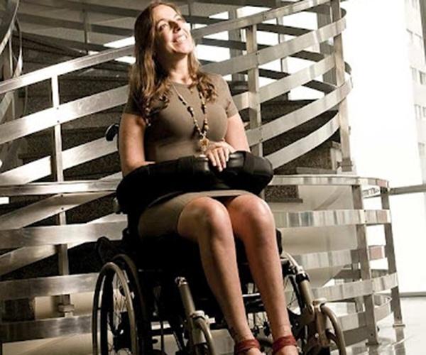 Atual vereadora pelo PSDB, Mara Gabrilli sofreu um acidente de carro há 17 anos que a deixou tetraplégica. Na ocasião, ela passou cinco meses internada e saiu do hospital impossibilitada de mexer seu corpo do pescoço para baixo. Apesar do baque inicial, Mara não se abateu e fundou uma ONG, em 1997, especializada em pesquisas para cura de paralisias. Em sua carreira política, ela desenvolveu projetos que facilitam o cotidiano de deficientes físicos, como o aumento do número de ônibus acessíveis, serviços especiais em bibliotecas e melhoras nas calçadas públicas, etc.