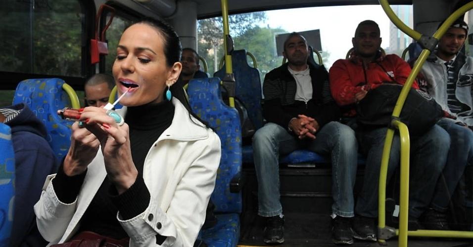 """1.out.2013 - Cozete Gomes foi de carro até um ponto na avenida 23 de Maio. Lá, embarcou no ônibus, que seguiu pela faixa exclusiva: """"Nossa, como está andando rápido!"""", comentou a empresário acostumada ao transporte individual. """"Deu pena ver aquele amontoado de carros ali, ficando para trás"""". Apesar de ter opções de lugares para sentar, Cozete preferiu antes fazer um tour pelos 18 metros do coletivo."""