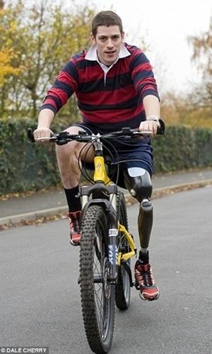Somente aos 30 anos é que o britânico Matthew Newburry voltou a se movimentar com liberdade novamente. Aos 15ª anos, em 1997, ele sofreu um acidente de moto, que amputou sua perna esquerda. Sem desistir de sua nova condição, Matthew adquiriu uma perna mecânica e conseguiu novamente realizar coisas simples, como subir escadas, e feitos mais complexos, como andar de bicicleta e praticar esportes.