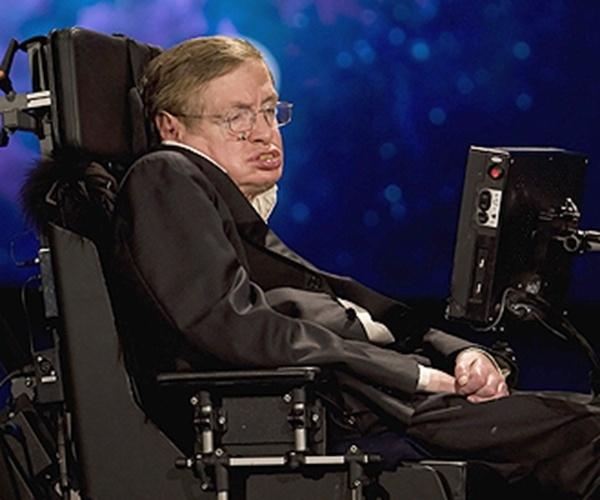 O físico britânico Stephen Hawking é um dos mais prestigiados matemáticos do mundo apesar de sofrer com uma grave doença conhecida como esclerose amiotrófica, que causa a morte dos neurônios responsáveis pelas atividades motoras. Excelente palestrante e bem requisitado por universidades e empresas, Hawking usa um sistema de tecnologia avançado para se comunicar e locomover.
