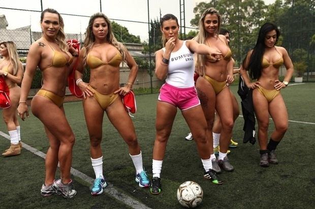 """2.out.13 - Sob o comando da """"árbitra"""" Andressa Urach, as candidatas do Miss Bumbum 2013 mostraram seu talento com a bola nos pés em uma """"pelada"""" especial, nesta quarta-feira."""