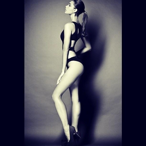 2.out.2013 - A filha do apresentador Datena, Letícia Wiermann, mostrou seu lado mais sexy em uma foto publicada no Instagram. Posando de perfil e usando biquíni preto, a musa exibe o corpo sarado e mostra que está à vontade com sua forma física