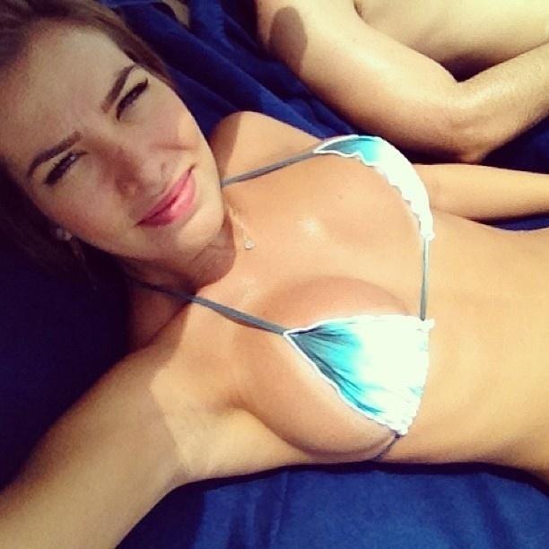 """4.mar.2013 - A ex-BBB Adriana S'antanna posa de biquíni em sua conta do Instagram. """"Sol, biquíni. Companhia: marido. E daqui a pouco: faculdade!"""""""