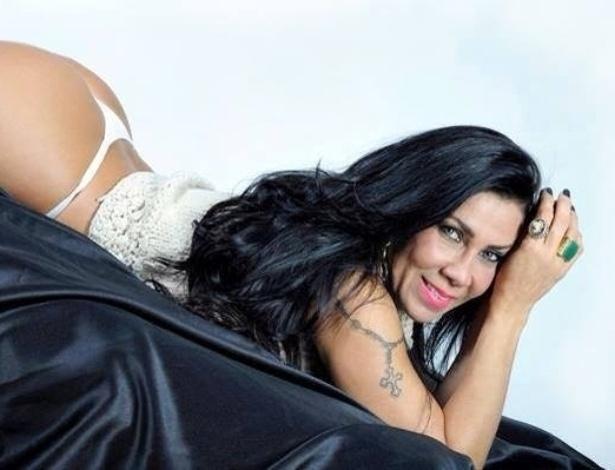 8.out.2013 - Ex-mulher de Gerson Brenner, Denize Taccto divulgou fotos de um ensaio sensual vestindo lingerie. As imagens foram produzidas para ilustrar a autobiografia