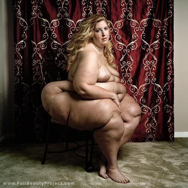 """O fotógrafo Yossi Loloi assina o projeto """"Full Beauty"""" (beleza completa em português) que traz mulheres obesas posando em fotos sensuais e com toques de feminilidade. A ideia do ensaio é questionar padrões de beleza impostos pela mídia e pela sociedade. Assim, as fotos valorizam a autoestima das mulheres e dá um basta ao preconceito"""