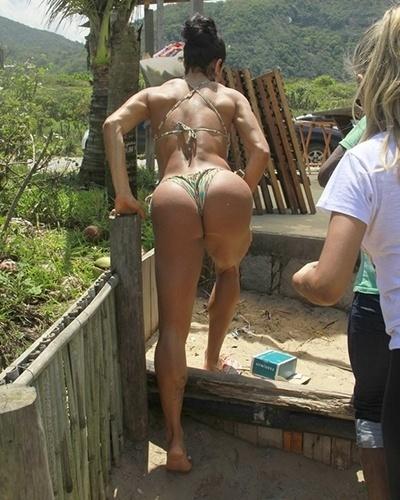 11.out.2013 - Gracyanne Barbosa, que posou de maiô engana-mamãe em uma praia carioca, exibiu corpo ainda mais definido. Em recente entrevista ao site Ego, a morena declarou que os músculos não a fizeram perder a feminilidade.