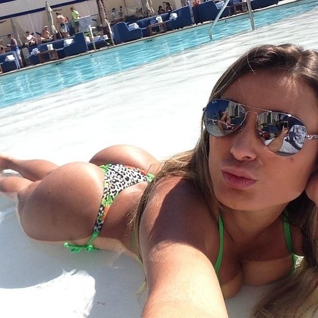 """12.out.2013 - De férias nos Estados Unidos, Andressa Urach exibiu o corpaço à beira da piscina de um hotel em Las Vegas. Em fotos divulgadas no Instagram, a gata escreveu: """"Me amo!"""""""