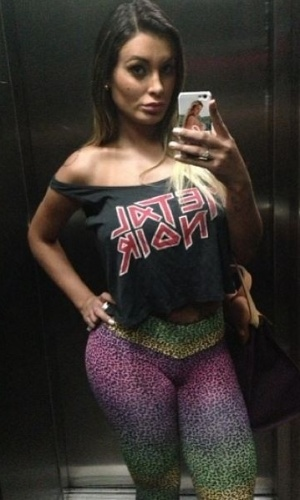 """15.out.2013 - A bela Andressa Urach mostrou que não se abala com as críticas que recebe. Ela postou uma foto no Instagram e escreveu na legenda: """"Quanto mais mal falam, mais meu bumbum cresce...106 cm. Adoro!"""", revelando que sua autoestima está lá em cima"""